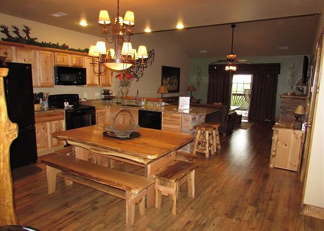 *3 BR, 2 Bath Lodge Cabin on Table Rock Lake with Dock Access, holiday rental in Branson