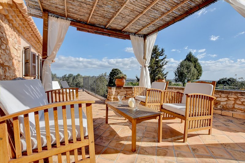 Villa Can Pujadas with stunning views over the countryside, location de vacances à Manacor