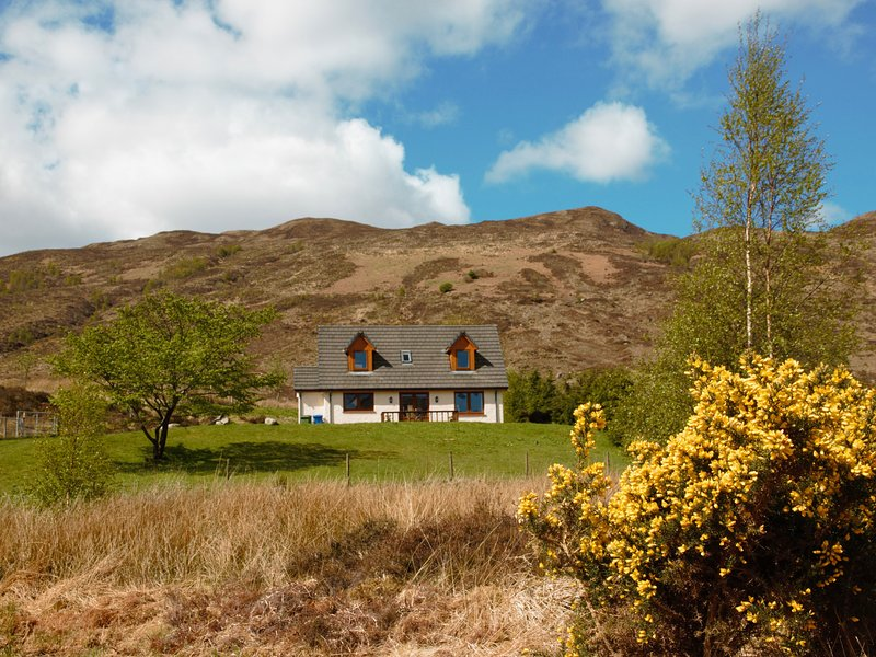 Rocky Mountain View Cottage, Dornie, holiday rental in Inverinate