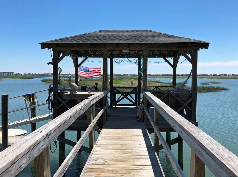 Creek Front House, Private Deep Water Dock, Beach Minutes Away by Car or Boat, location de vacances à Murrells Inlet