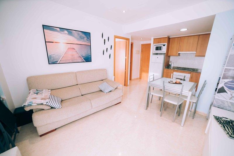 Apartamento reformado a 50m de la playa, holiday rental in Sant Daniel