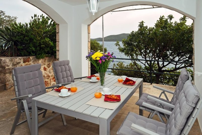 Holiday Home Odiseja- One Bedroom Apartment with Terrace and Sea View, vacation rental in Sipan