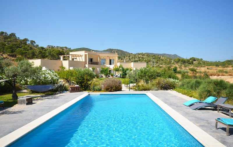 Villa de lujo con piscina, jacuzzi, 4 hec de terreno en la falda del Cabeço d'or, holiday rental in Ibi