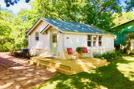 The Coop - 1900's renovated house in town, holiday rental in Sisterdale