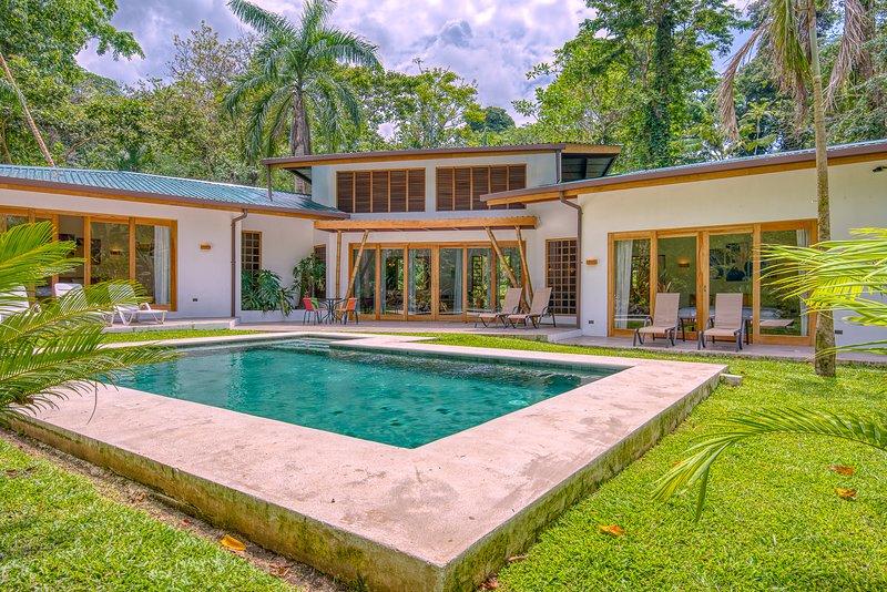 VILLA HABANERA. Stylish tropical villa with pool, alquiler de vacaciones en Puerto Viejo