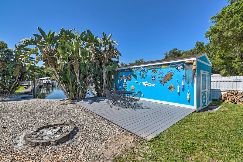 Colorful Canalfront Home - Boat Dock, Deck, Kayaks, holiday rental in Homosassa Springs