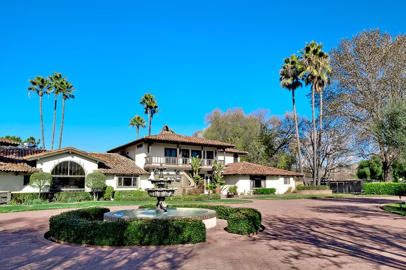 Distinguished Resort-Style Wine Country Retreat - 9BR Sleeps 20-24, holiday rental in Palomar Mountain