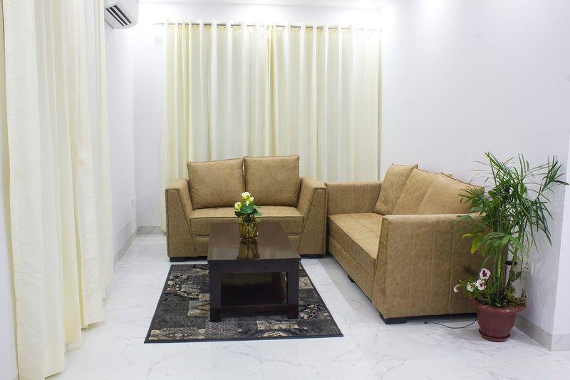 Parfait Street - 2 Bedroom serviced apartment near Fortis hospital, vacation rental in Gurugram (Gurgaon)