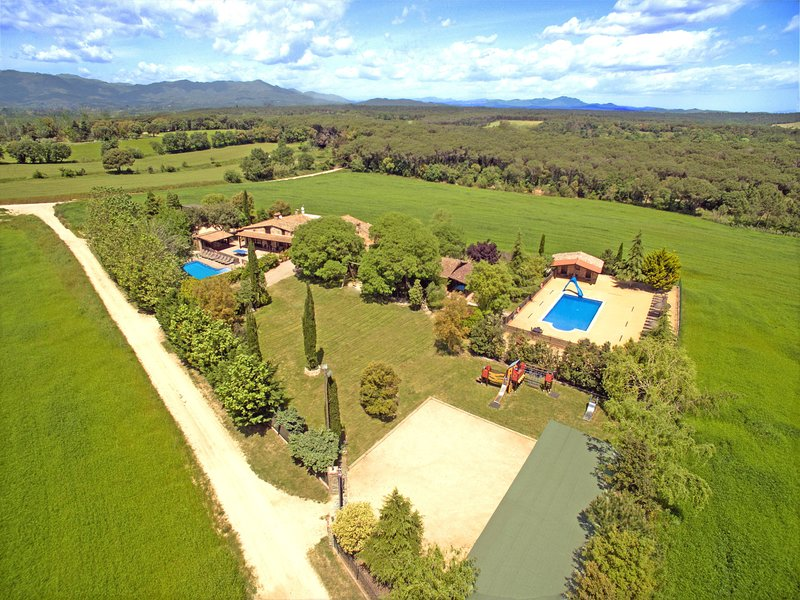 Exclusive 13 Bedrooms Villa, 2 Large Pools - BBQ - 15min Beaches, near Barcelona, holiday rental in Vilobi d'Onyar