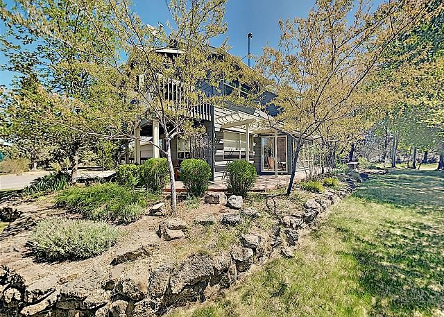 Montara Creek Sanctuary: 10 Acres w/ Hot Tub, Gourmet Kitchen & Private Pond, casa vacanza a Alfalfa