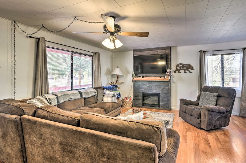 Modern Cabin in Coconino National Forest w/ Deck!, holiday rental in Munds Park