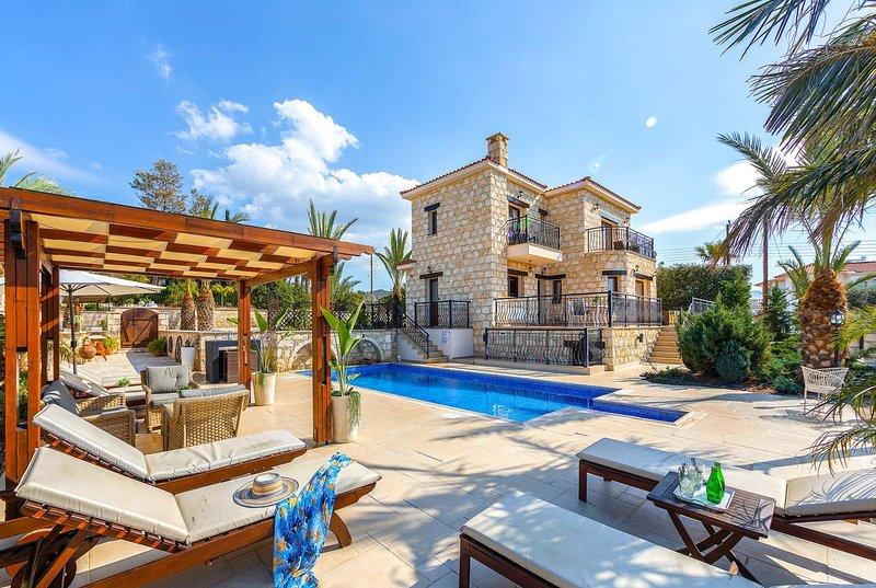 Stunning villa with pool overlooking sea views, holiday rental in Argaka