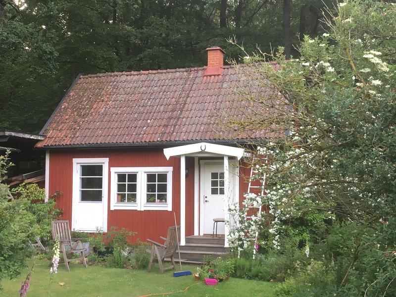 Stuga med bastu i fantastiskt trädgård och omgiven av skog, location de vacances à Horby