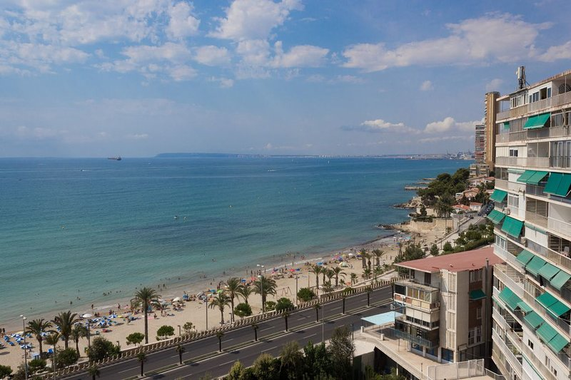 Apartamento de 2 habitaciones, 1ª linea de playa, piscina, parking, wifi., holiday rental in Alicante