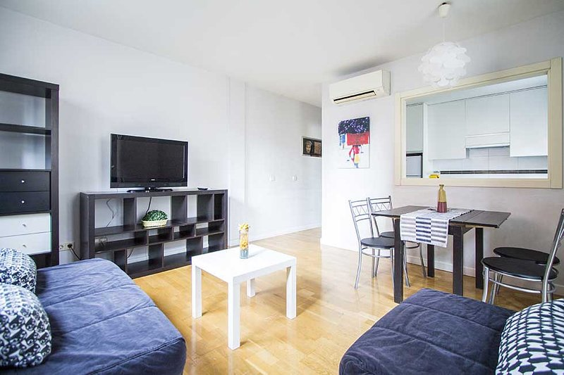 M (ML22-1B) CUATRO TORRES 03 1 ROOM 4 PAX, holiday rental in Tres Cantos