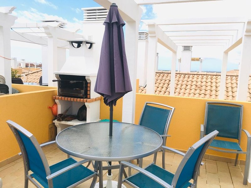Paraiso PENTHOUSE, private sun soaked roof terrace. WiFi included, aluguéis de temporada em Tavira