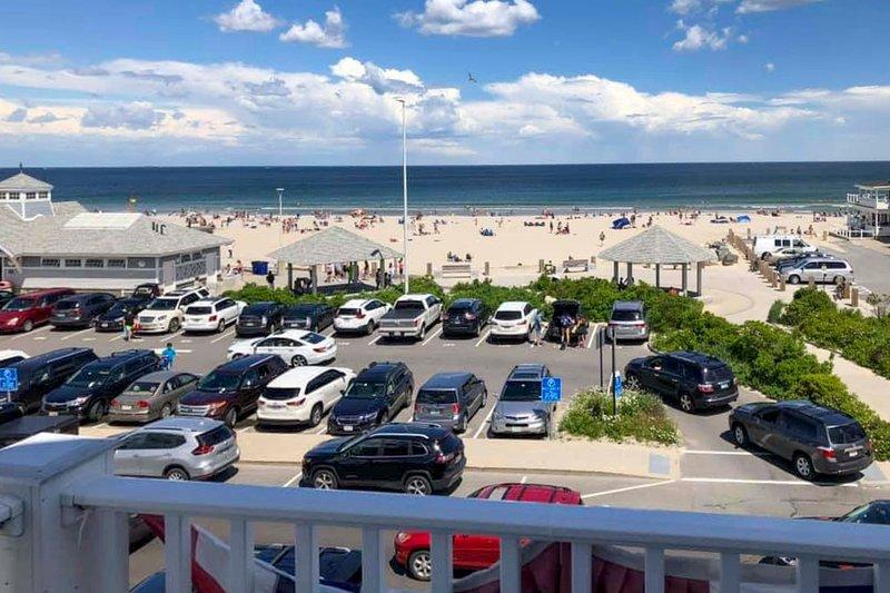 NEW! Ocean-View Apartment - Walk to Cafes & Beach!, casa vacanza a Seabrook