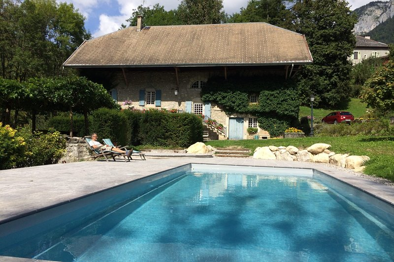 Le Moulin de Dingy - House with 6 bedrooms & swimmingpool 20 mn from Annecy, holiday rental in Aviernoz