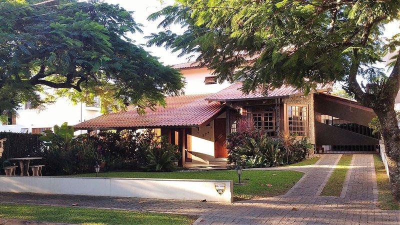 Flo024 - Beautiful Traditional Residence in Florianópolis, location de vacances à Governador Celso Ramos