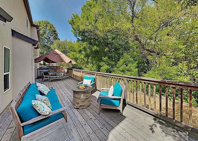 Elegant Creek-Side Home with Large Deck, Fenced Yard & Private Hot Tub, alquiler vacacional en Windsor