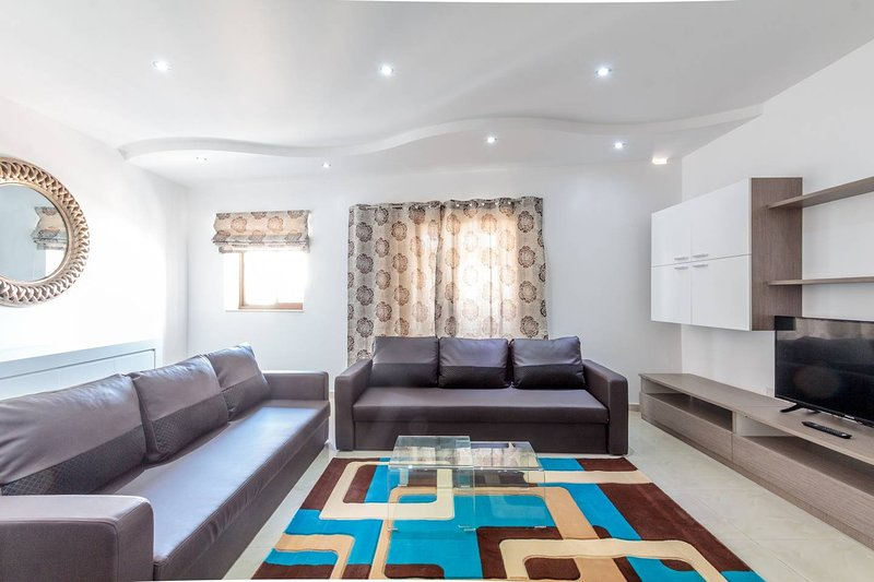 3 bedroom apartment, steps from Sliema, sleeps up to 15 persons!, holiday rental in Xghajra