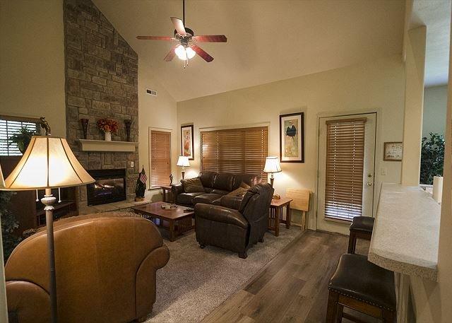 Ozark Villa - Charming 2 Level Vacation Villa in rustic Stonebridge Resort, holiday rental in Branson West