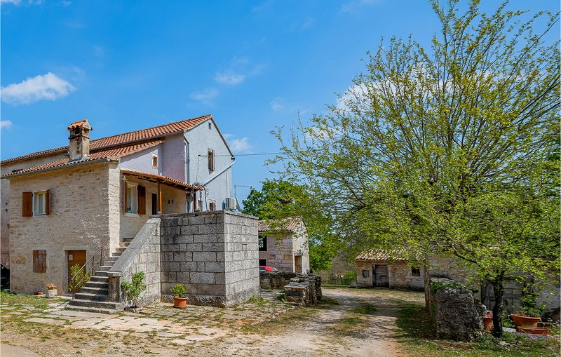 Stunning home in Pazin with WiFi and 1 Bedrooms (CIC964), holiday rental in Lindar