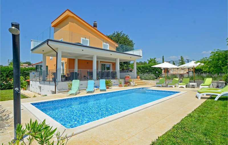 Nice home in Kanfanar with WiFi and 4 Bedrooms (CIV396), casa vacanza a Golas