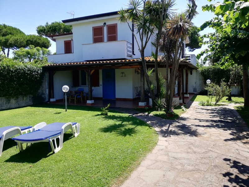 Sabaudia villino a 600 metri dal mare, holiday rental in Latina Lido