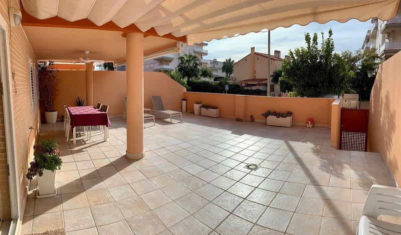 Apartamento Nuevo Gran Terraza con Wifi en Canet, aluguéis de temporada em Almenara
