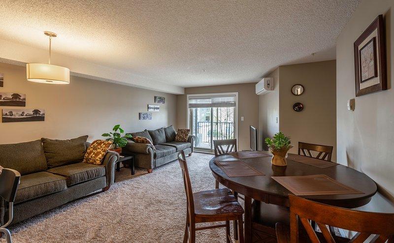 Gorgeous 2BR 2BA Condo Centrally Located in Upscale SW Edmonton, Ferienwohnung in Leduc