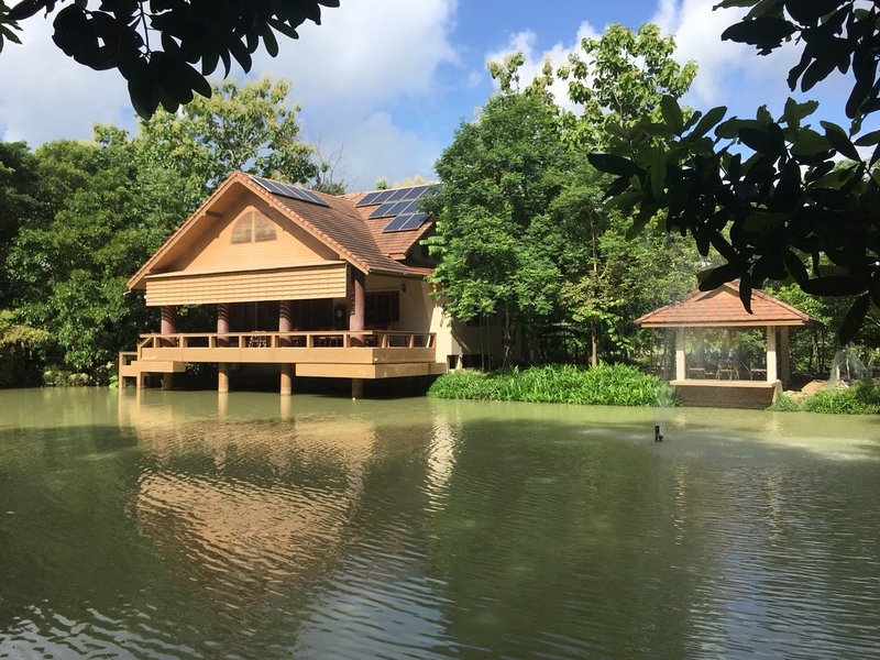 'Baan Sabaijai' the Idyllic hideaway writers' retreat in rice fields, holiday rental in San Sai