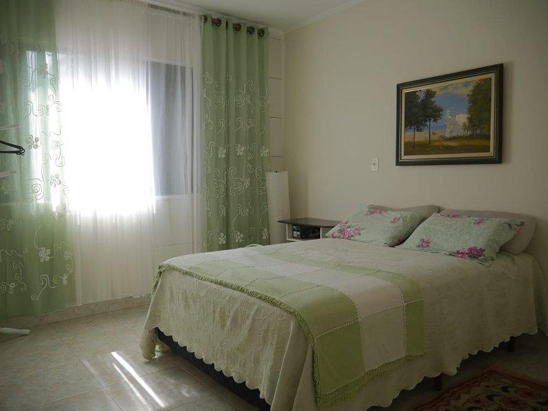 apto Mongaguá,centro/praia,2 quartos,TV,garagem,tudo que o lar precisa ter e ser, holiday rental in Mongagua
