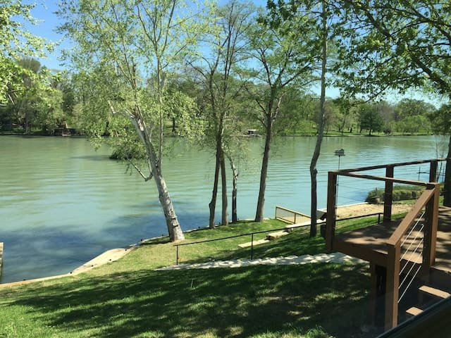 Lakefront Staycation- 2BR, great Wifi, kayaks incl, holiday rental in Seguin