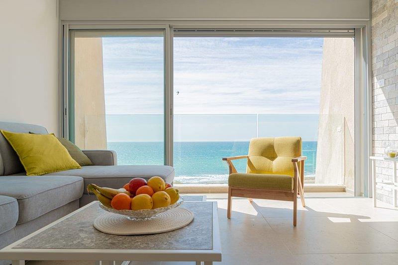 Stunning Beachfront Apartment With Epic Sea Views, aluguéis de temporada em Ben Ami
