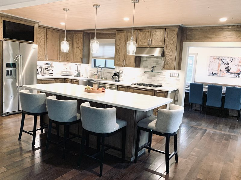 Chef's Kitchen, 2 Master Suits, Hot Tub And Pool Table, holiday rental in Sandy Hook