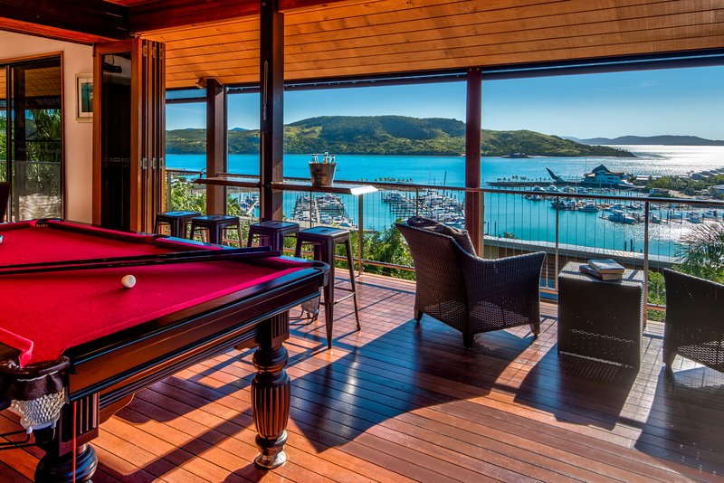 Uisce Luxury Holiday House Jacuzzi Pool Table Cinema Premium Foxtel 2 Buggies, alquiler vacacional en Shute Harbour