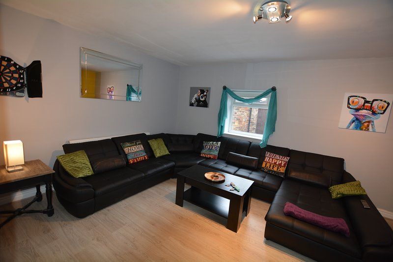 The Den York - Sleeps 20 - Contactless Check-in, holiday rental in Wigginton