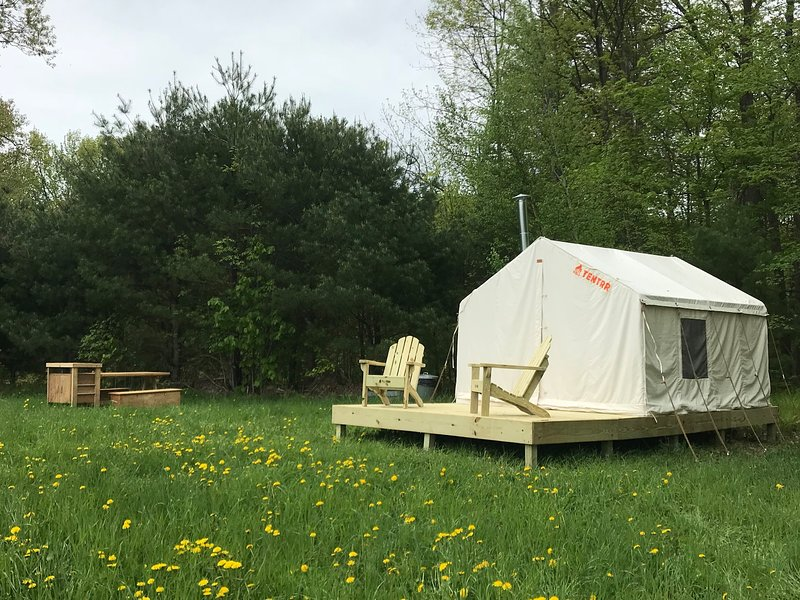 Tentrr Signature Site - River's Edge Mountain Valley, vacation rental in Albany