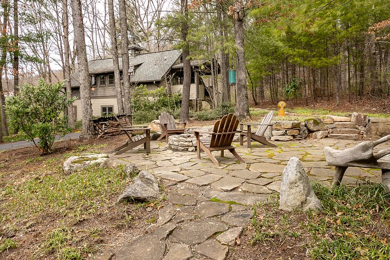 Cozy cottage with quiet forest setting close to Asheville all 5 * reviews,, location de vacances à Asheville