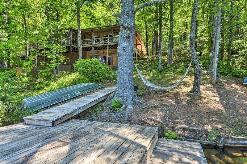 Chattooga Lakefront Cabin w/ Hot Tub + Pvt. Dock!, casa vacanza a Long Creek