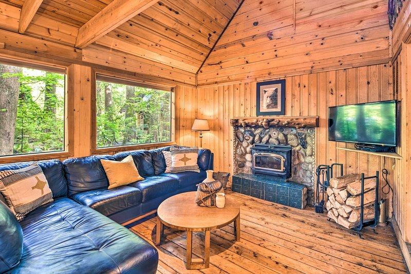 NEW! 3 Enchanting Riverfront Cabins with Hot Tub!, casa vacanza a Baring