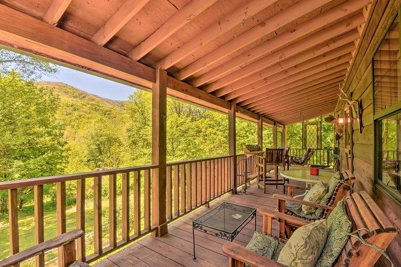 Enchanting Cabin with Mtn Views & Creekside Trail!, location de vacances à Fontana Dam