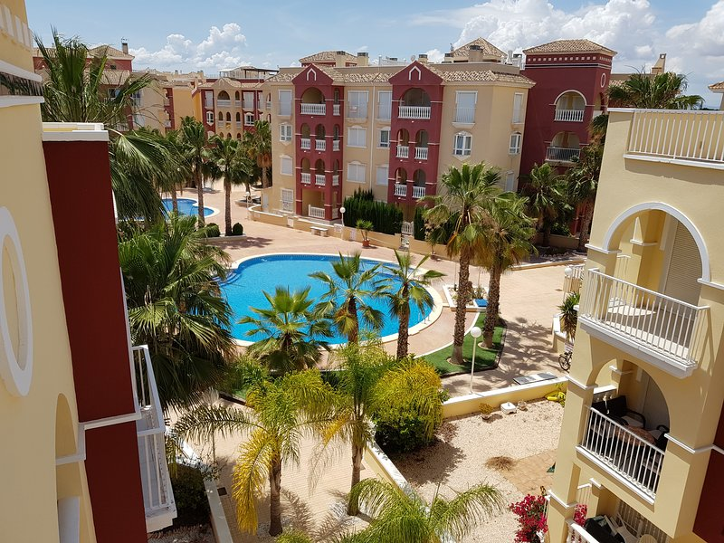 Puerto Marina Penthouse 2 bed 1 bath apartment English TV WiFi Aircon Lift, vakantiewoning in Los Alcazares