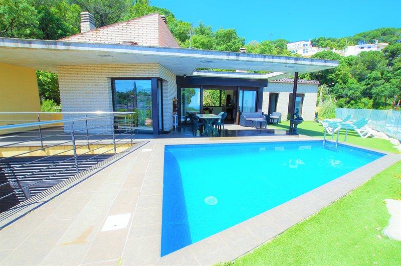 V&V LLORET-moderna y lujosa villa con piscina, 3km playa Canyelles, barbacoa, alquiler de vacaciones en Lloret de Mar
