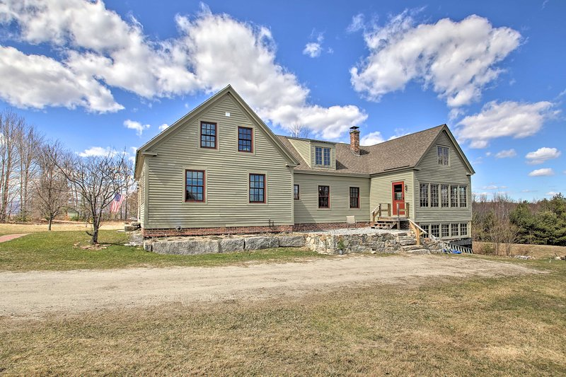 NEW! Charming Farmhouse on 17 Acres w/ Mtn Views!, holiday rental in Lovell