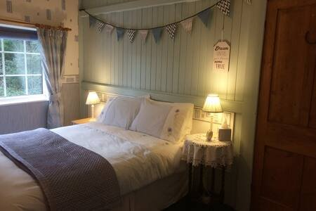 Quirky 2 Bed Cosy Cottage, vacation rental in Ashton-under-Lyne