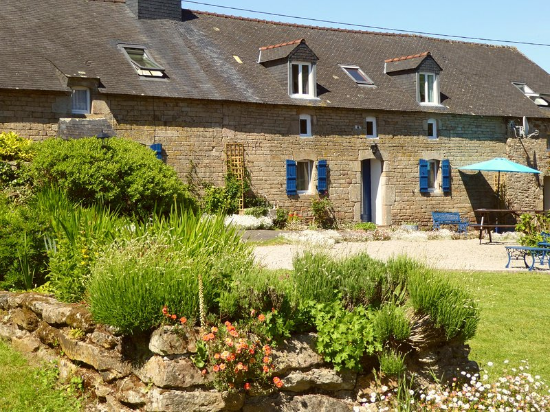 Bot Coet Cottages, Adele Cottage, tranquil gardens, shared pool, vacation rental in Guemene-sur-Scorff