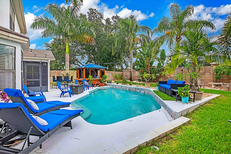Urban Oasis w/Hot Tub, HEATED POOL and Private Movie Theater, vacation rental in Viera