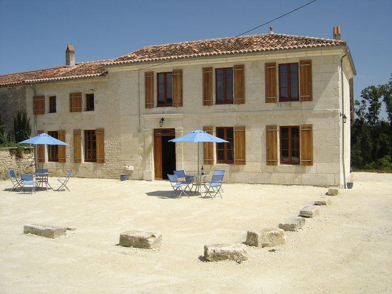 Grande Maison, 5 Chambre,4 Salle de Eaux/Baine avec Grande piscine dans 2hectare, holiday rental in Saint Seurin de Palenne